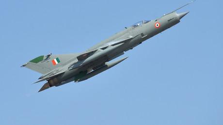 Ein MiG-21-Kampfflugzeug der indischen Luftwaffe beim Fliegen am ersten Tag der Flugshow Aero India 2019 auf der Luftwaffenstation Yelahanka, in Bangalore am 20. Februar 2019.