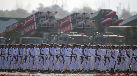 Pakistanische Marinesoldaten marschieren während der Pakistan-Day-Militärparade in Islamabad am 23. März 2018 an Raketen vorbei.