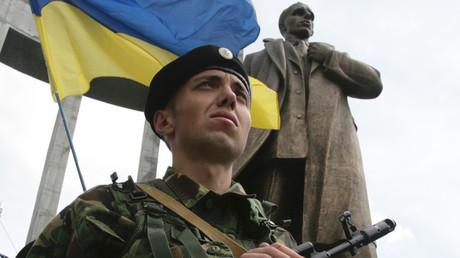 Ehrenwache vor dem Bandera-Denkmal an einem Feiertag in Lwiw