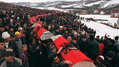 FRAGEN BLEIBEN: ETHNISCHE ALBANER TRAGEN VIERZIG SÄRGE FÜR DIE OPFER DES ANGEBLICHEN SERBISCHEN MASSAKERS, 11. März 1999