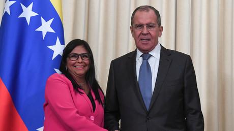 Der russische Außenminister Sergej Lawrow und die venezolanische Vizepräsidentin Delcy Rodriguez geben sich am Ende einer gemeinsamen Pressekonferenz nach ihrem Treffen in Moskau am 1. März 2019 die Hand.