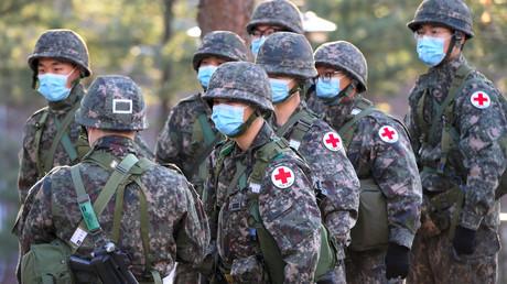 Südkoreanische Soldaten nehmen an einer gemeinsamen medizinischen Evakuierungsübung im Rahmen der jährlichen Kriegsmanöver