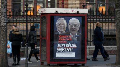 Die Plakatkampagne der ungarischen Regierung zeigt zwei lachende Männer – den in Ungarn geborenen US-Milliardär George Soros und den EU-Kommissionspräsidenten Jean-Claude Juncker.