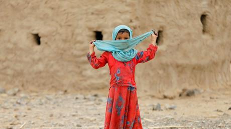 Symbolbild. Mädchen in der Nähe eines Camps für Vertriebene im Jemen.