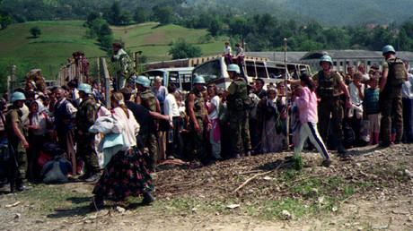 Niederländische UN-Soldaten bewachen einige der 20.000 muslimischen Flüchtlinge aus Srebrenica, die auf den Transport vom ostbosnischen Dorf Potocari nach Muslimen warteten, am 12. Juli in Kladanj bei Olovo.