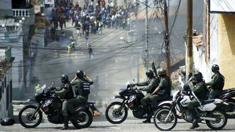 Studenten stoßen bei einem Protest gegen die Regierung in San Cristobal am 14. Januar 2015 auf Nationalgarden.