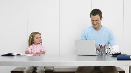 Studie: Eltern arbeiten im Homeoffice länger als im Betrieb (Symbolbild)
