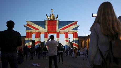 Symbolbild: Brandenburger Tor in Berlin in den Farben der britischen Flagge, Deutschland, 4. Juni 2017.