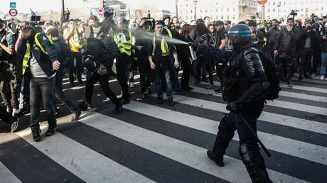 Ein französischer Demokratiewächter in Aktion bei den Gelbwesten-Protesten