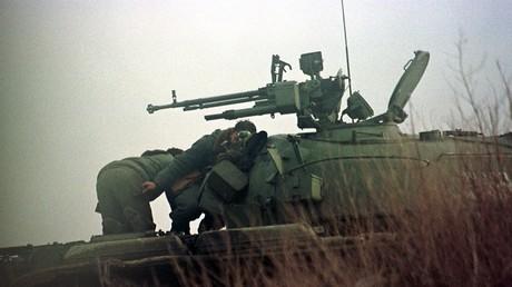 Zwei Soldaten der jugoslawischen Armee hinter einem Panzerturm am 15. Januar 1999 in der Nähe der Dörfer Racak und Petrovo, südlich von Stimlje, etwa 26 km südlich der Hauptstadt Pristina.