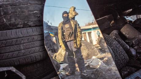 Ein Maidan-Kämpfer betrachtet sich in einem zerbrochenen Spiegel am 5. Februar 2014.