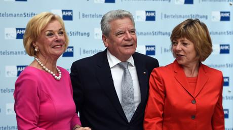 Liz Mohn (links) mit dem damaligen Bundespräsidenten Joachim Gauck und dessen Ehefrau im April 2015