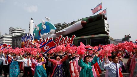 Nordkoreaner bei einer Parade mit Raketenattrappe, Pjöngjang, Nordkorea, 15. April 2017.