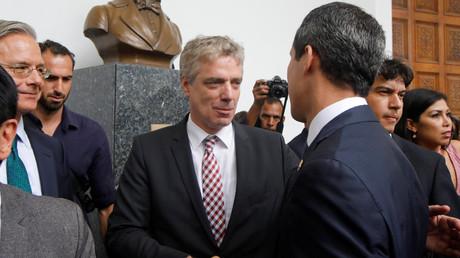 Augenscheinlich gute Freunde: Der deutsche Botschafter in Venezuela Daniel Martin Kriener (M.) und der selbsternannte Interimspräsident Juan Guaido (R.), in Caracas, Venezuela, 19. Februar 2019.