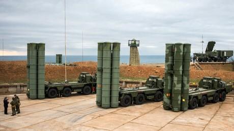 Das Luftabwehrsystem S-400 nimmt in der Nähe von Sewastopol seinen Dienst zum Schutz der russischen Luftgrenzen auf.