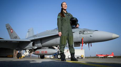 Fanny Chollet hat es geschafft! Sie ist die erste Kampfpilotin in der Geschichte der Schweizer Luftwaffe und posiert am 19. Februar vor ihrem F/A-18, der bis spätestens 2030 ausgemustert wird.