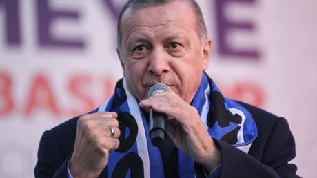 Der türkische Präsident Recep Tayyip Erdogan gestikuliert, als er am fünften März 2019 im Istanbuler Bezirk Kasimpasa eine Rede hält.