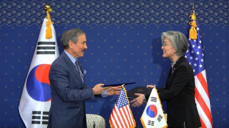Die südkoreanische Außenministerin Kang Kyung-wha und der US-Botschafter in Südkorea Harry Harris, Außenministerium, Seoul, Südkorea, 8. März 2019.