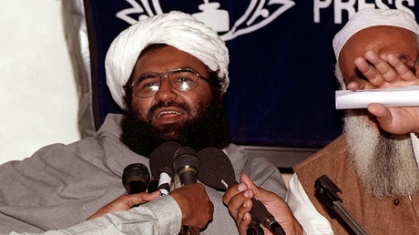 In diesem Foto vom 4. Februar 2000 spricht Maulana Masood Azhar, Führer der Gruppe Jaish-e-Mohammed, bei einer Pressekonferenz in Karatschi.