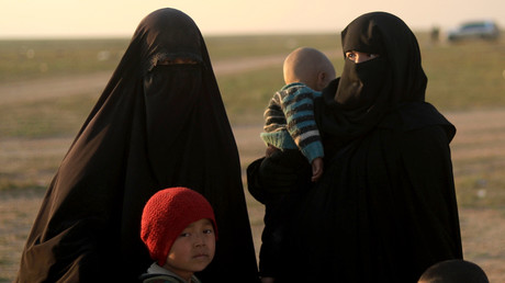 Aus der IS-Hochburg Baghouz geflohene Frauen und Kinder warten darauf, durchsucht zu werden.