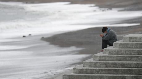 Eine Frau betet für die Tsunami-Opfer in Fukushima, Japan, 11. März 2018.