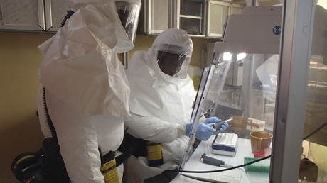 Spezialisten des US-Armee Medizinforschungsinstituts für Infektionskrankheiten bei einem Ebola-Test in einem Containment-Labor.