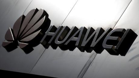 Huawei-Logo über einem Geschäft in Peking