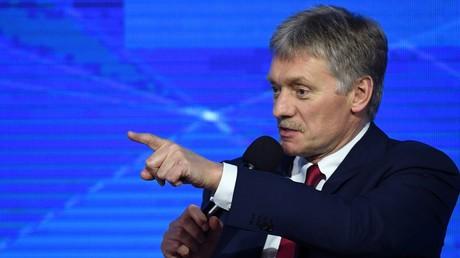 Kreml-Sprecher: USA sollten lieber überlegen, wie sie ihr überteuertes Gas in Europa an Mann bringen (Archivbild: Dmitri Peskow, Sprecher des russischen Präsidenten Wladimir Putin, moderiert jährliche große Pressekonferenz des russischen Präsidenten. 20. Dezember 2018)