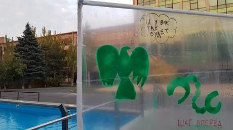 Eine während des CampCamp gestaltete Wand: Graffiti zeigen einen Adler neben einer gesprengten Fußfessel. Die Schriftzüge bedeuten: Bei euch wird es auch so sein - ein Schritt vorwärts