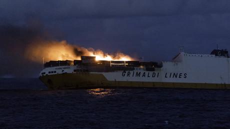 Brennendes Frachtschiff vor französischer Küste gesunken