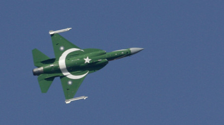 Pakistanische Luftwaffe JF-17 bemalt mit der pakistanischen Nationalflagge