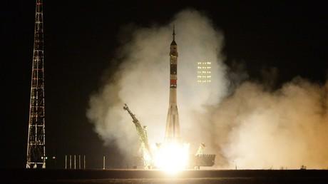 Zweiter Anlauf: Sojus-Rakete mit drei Raumfahrern an Bord an der ISS angekommen