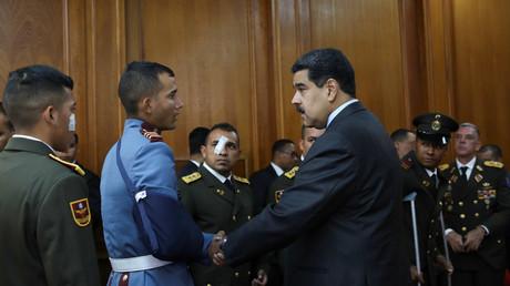 Der venezolanische Präsident Nicolás Maduro empfängt einen Kadetten der Nationalgarde, der während des Drohnenangriffs verletzt wurde.