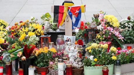 Menschen legten Fahnen, Blumen und Kerzen an der Stelle in Chemnitz ab, an der der 35-jährige Daniel H. in der Nacht zum 26. August 2018 Opfer eines tödlichen Messerangriffs geworden war.