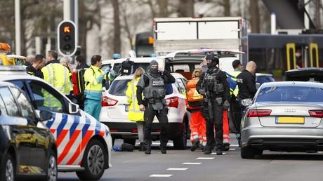 Polizeikräfte in Utrecht riegeln den Tatort ab,