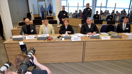 Der Angeklagte Alaa S. (II. von links), der im Verdacht steht, an dem tödlichen Messerangriff auf Daniel H. in Chemnitz beteiligt gewesen zu sein, sitzt am 18.03.2019 mit seinem Übersetzer und seinen Anwälten auf der Anklagebank in einem Gebäude des Oberlandesgerichts Dresden.