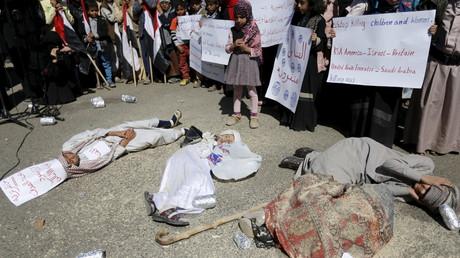 Kinder liegen am Boden und stellen sich tot, um Kriegsopfer zu symbolisieren und damit vor den Büros der Vereinten Nationen in der jemenitischen Hauptstadt Sanaa gegen saudisch geführte Luftangriffe zu protestieren.