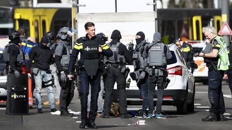 Die Polizei steht am 18. März 2019 in der Nähe einer Straßenbahn auf dem Platz des 24. Oktobers in Utrecht, wo ein Angreifer auf Menschen schoss.