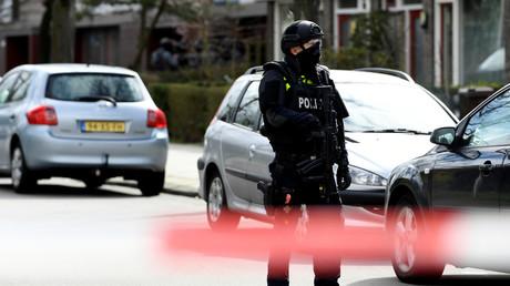 Ein Polizist während der Schießerei am 18. März 2019 im niederländischen Utrecht: Nun versuchen die Behörden, das Motiv des Angreifers zu ermitteln.