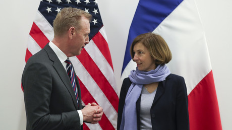 Der amtierende US-Verteidigungsminister Patrick Shanahan (L) spricht mit der französischen Verteidigungsministerin Florence Parly während eines bilateralen Treffens am zweiten Tag eines NATO-Verteidigungsministertreffens am 14. Februar 2019 am NATO-Hauptsitz in der belgischen Hauptstadt Brüssel.