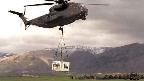 Passendes Bild: Ein Bundeswehr-Hubschrauber lädt eine UN-Hilfslieferung in einem Flüchtlingscamp im Kosovo ab. Der NATO-Angriff auf Jugoslawien wurde mit humanitären Zwecken gerechtfertigt.