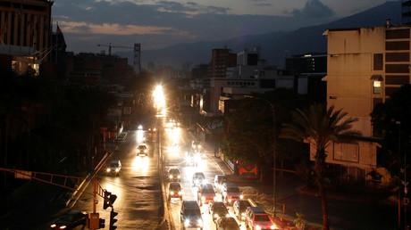 Gespenstische Dunkelheit in Caracas während des Stromausfalls: Es sind fast nur noch die Scheinwerfer der Autos, die die Stadt erhellen.