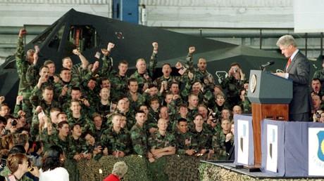 US-Soldaten auf dem deutschen Stützpunkt in  Spangdahlem jubeln ihrem Präsidenten Blill Clinton zu, der ihnen inmitten des Kosovo-Krieges einen Besuch abstattete (5. Mai 1999).