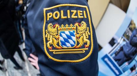 Logos der bayerischen Polizei: Derzeit laufen Ermittlungen gegen mehrere bayerische Beamte.