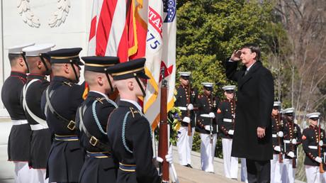Während seiner Reise in die USA besuchte Jair Bolsonaro am Dienstag das Grab des unbekannten Soldaten in Washington.