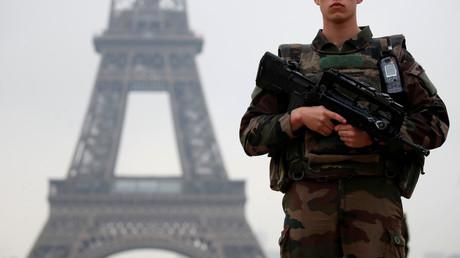 Ein französischer Soldat patrouilliert in der Nähe des Eiffelturms im Rahmen des Sicherheitsplans