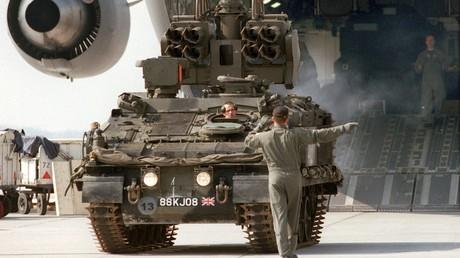Am Flughafen Hannover-Langenhagen wird britisches Militärgerät für den Einsatz im Kosovo verlegt (1. April 1999)