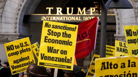 Vor dem Trump International Hotel in Washington fordern Demonstranten die Aufhebung der US-Sanktionen gegen Venezuela, die dem Land großes Leid zufügen.