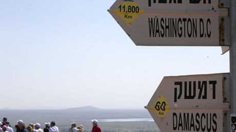 Schilder auf den von Israel besetzten Golanhöhen zeigen verschiedene Entfernungen an. US-Präsident Donald Trump unterstützt nun eine offizielle Anerkennung der israelischen Annexion.