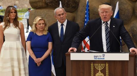 US-Präsident Donald Trump hält am 23. Mai 2017 im Yad Vashem Holocaust Museum in Jerusalem eine Rede, während Melania Trump, Sara Netanjahu und der israelische Premierminister Benjamin Netanyahu zuhören.